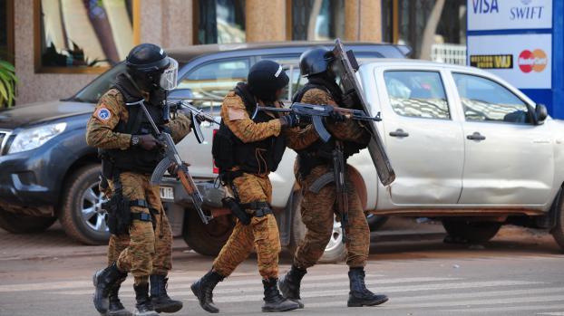Des membres des forces spéciales lors d'opérations de sécurisation, samedi 16 janvier à Ouagadougou (Burkina Faso).