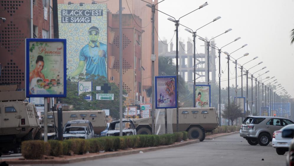 Des véhicules blindés dans les rues de Ouagadougou, samedi 16 janvier, au lendemain d'une attaque jihadiste contre l'hôtel Splendid.