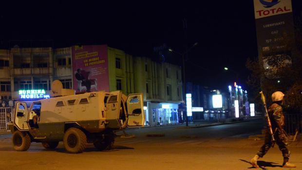 Les forces de sécurité ont pris position dans les rues de Ouagadougou (Burkina Faso), le 15 janvier 2015, après l'attaque terroriste sur un hôtel de la ville.