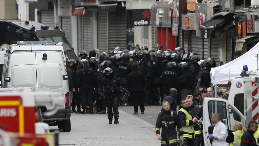 Le Raid devant l'immeuble où a été donné l'assaut à Saint-Denis (Seine-Saint-Denis), le 18 novembre 2015.