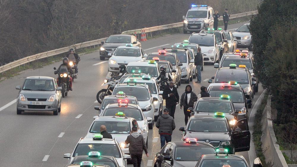 Des chauffeurs de taxis bloquentle périphérique de Marseille (Bouches-du-Rhône) pour manifester contre la concurrence des VTC, le 26 janvier 2016.