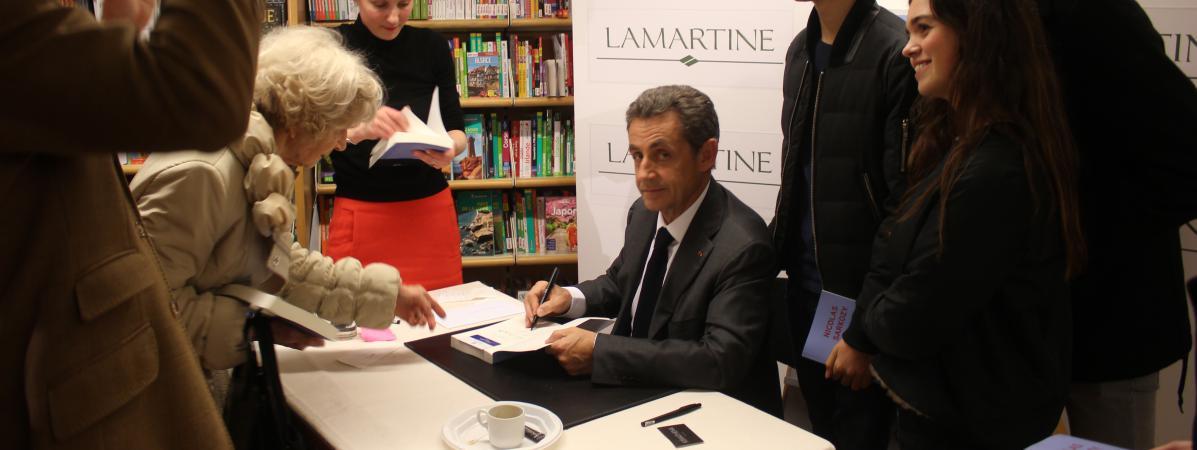 Nicolas Sarkozy Dedicace Son Livre A Ses Fans Il Est Plus Abordable Plus Sympa Plus Apaise