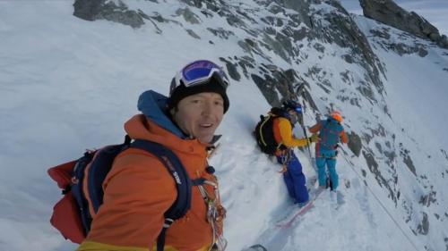 VIDEO. Le snowboarder français Xavier de Le Rue descend la pente vertigineuse de l'aiguille du Midi