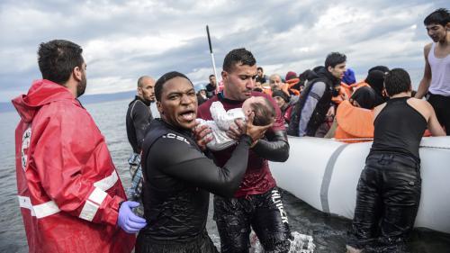 Des centaines de bénévoles accueillent les migrants sur l'île grecque de Lesbos