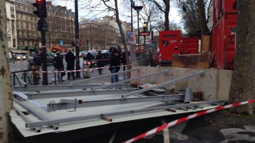 Vent violent à Paris : un couple gravement blessé par la chute d'un panneau publicitaire
