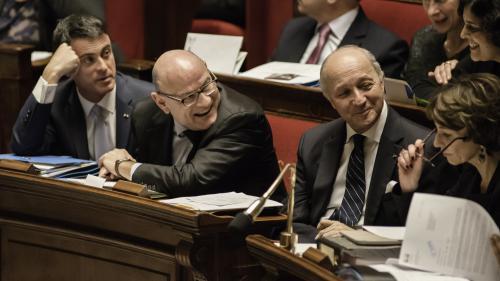 VIDEO.  Valls salue Fabius, qui quitte le gouvernement sous les applaudissements des députés de gauche