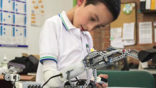 Une prothèse d'avant-bras en Lego remporte un prix d'innovation à Paris