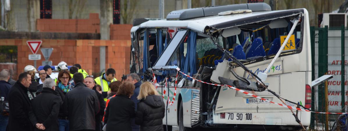 La police à côté de lacarcasse d'un car scolaire accidenté à Rochefort (Charente-Maritime), le 11 février 2016.