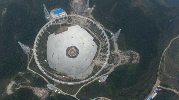 Le télescope Fast, dans la province de Guizhou, en Chine, le 16 décembre 2015.