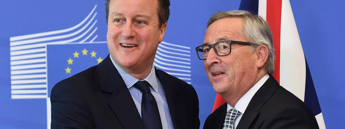 Le Premier ministre britannique, David Cameron, est accueilli par le président de la Commission européenne, Jean-Claude Juncker, le 16 février 2016 à Bruxelles.