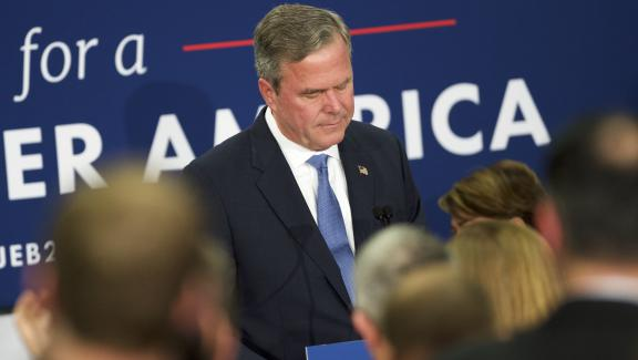 Jeb Bush annonçant son retrait de la course à la Maison Blanche àses soutiens réunis àColumbia (Caroline du Sud), le 20 février 2016.