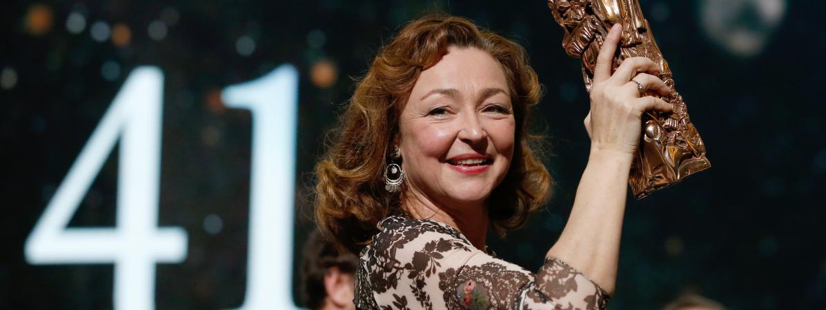 Catherine Frot posesur la scène du théâtre du Châtelet à Paris avec son Césarrécompensant la meilleure actrice, vendredi 26 février 2016.