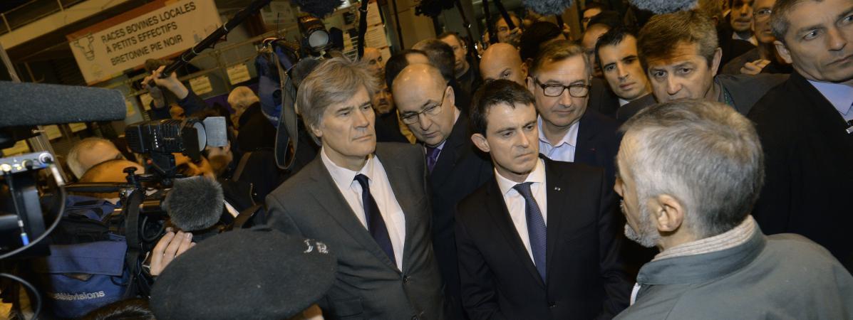 Manuel Valls et Stéphane Le Foll au Salon de l'agriculture, porte de Versailles, à Paris, le 29 février 2016.