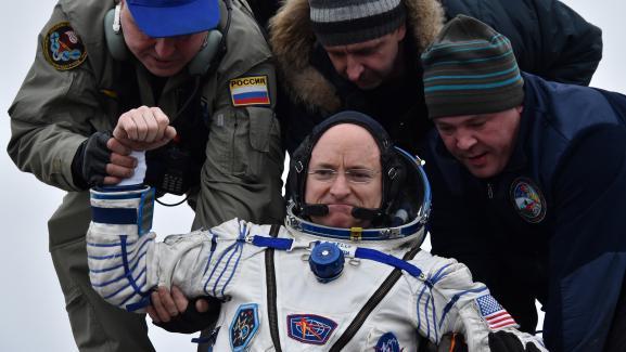 Scott Kelly est accueilli sur Terre à son retour de la Station spatiale internationale (ISS), au Kazakhstan, le 2 mars 2016.