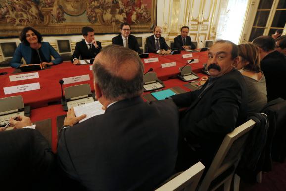 La ministre du Travail, Myriam El Kohmri, aux côtés du Premier ministre Manuel Valls face aux représentants des syndicats, notamment Philippe Martinez, secrétaire général de la CGT (au premier plan, tourné vers l'objectif), le 20 novembre 2015, à Matignon (Paris).