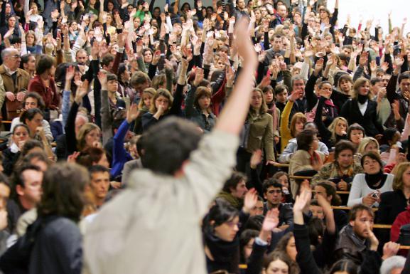 Des étudiants votent le blocus de l'université du Mirail, à Toulouse, le 18 avril 2006, pendant le mouvement de contestation contre le CPE.