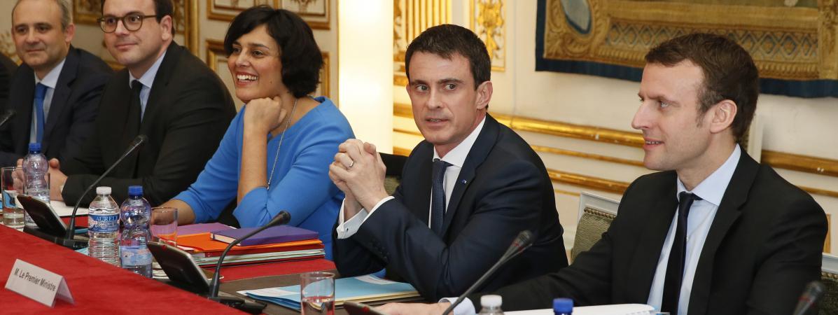 Manuel Valls,Myriam El Khomri et Emmanuel Macron présentent la nouvelle mouture de la loi Travail, lundi 14 mars, à Matignon.