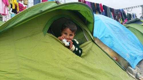 Dans le camp de migrants d'Idoméni, les enfants sourient malgré tout