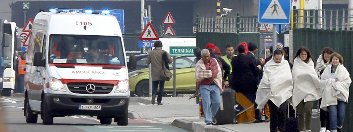 Des personnes sont évacuées del'aéroport de Bruxelles-National, à Zaventem, le 22 mars 2016.