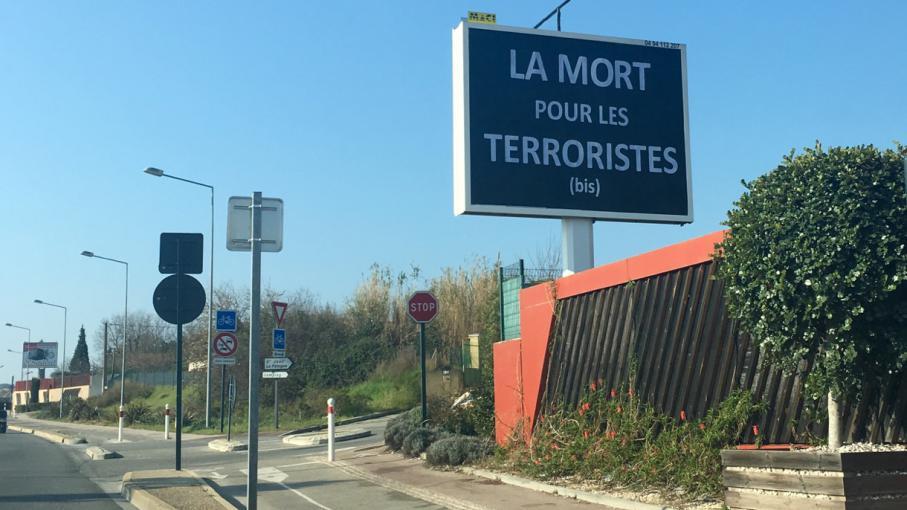 Dans le var un panneau publicitaire g ant r clame la mort pour les ter - Combien de panneau stop dans paris ...
