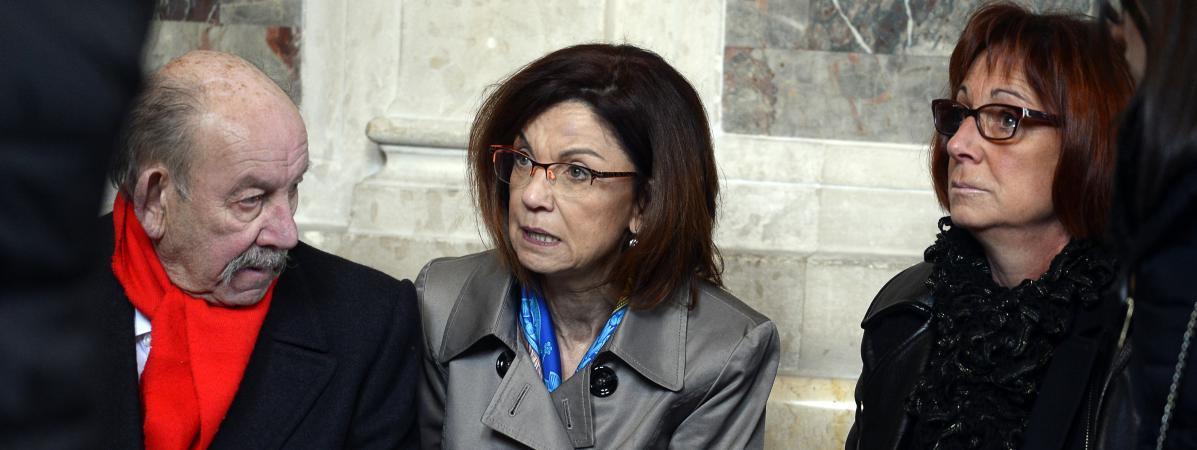 Elisabeth Fouquet (au centre), la mère d'Aurélie, policière tuée le 20 mai 2010, aupremier jour du procès, le 1er mars 2016 au palais de justice de Paris.