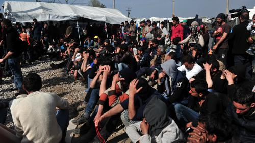 VIDEO. Face-à-face tendu entre migrants et policiers à la frontière grecque