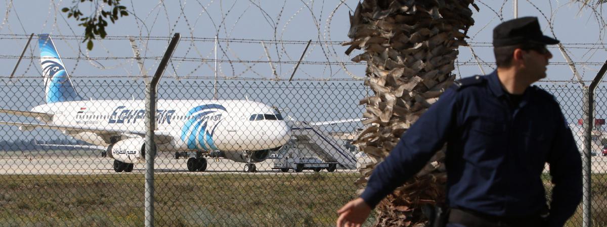 Un avion de ligne égyptien sur le tarmac de l'aéroport deLarnaca (Chypre) après avoir été détourné, le 29 mars 2016.