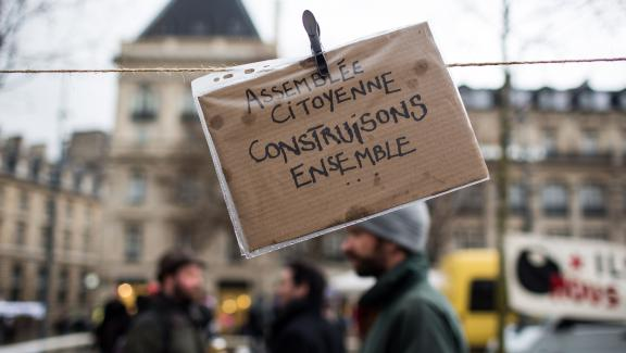 """Une pancarte sur le site de la """"Nuit Debout"""", place de la République à Paris, le 31 mars 2016."""