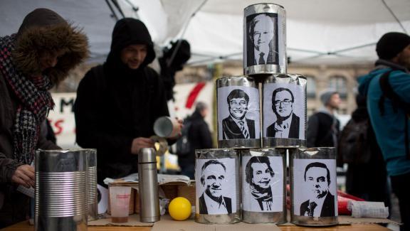 """Un jeu de chamboule-tout à l'effigie de grands patrons, sur le site du rassemblement """"Nuit Debout"""", place de la République à Paris, le 31 mars 2016."""