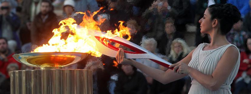 La flamme olympique est allumée lors d'une cérémonie à Athènes, le 5 octobre 2013.