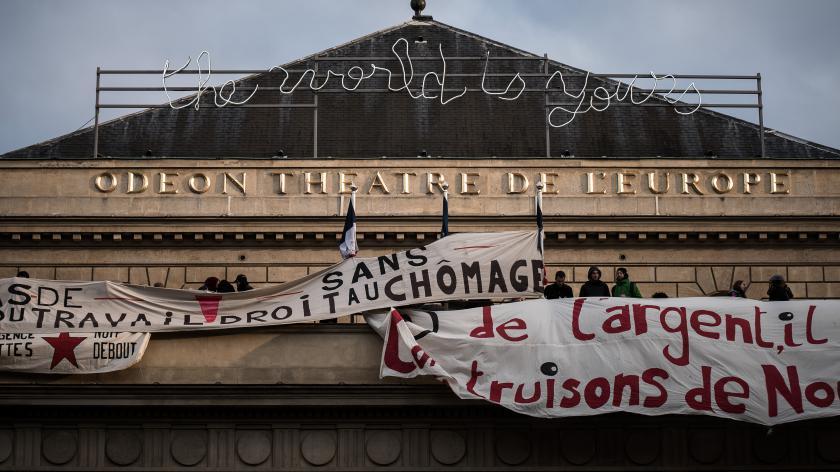 Le théâtre de l'Odéon a été investi par des militants de la Coordination des intermittents et précaires, des étudiants et des membres du mouvement Nuit Debout, dimanche 24 avril 2016.