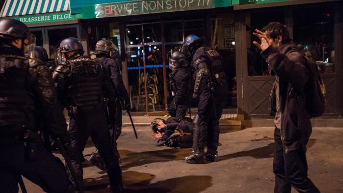 VIDEO. Des CRS frappent des manifestants menottés lors de l'évacuation de Nuit debout