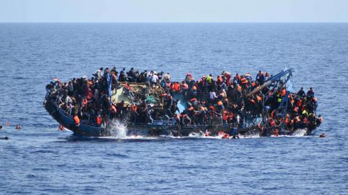 VIDEO. Le naufrage d'une embarcation transportant des migrants filmé au large de la Libye