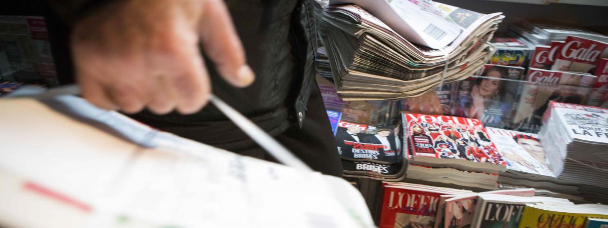 Des piles de journaux et de magazines dans un kiosque parisien, le 14 janvier 2015.