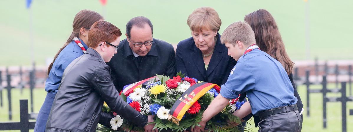 #VERDUN François Hollande et Angela Merkel sont donc actuellement au cimetière allemand de Consenvoye (Meus...