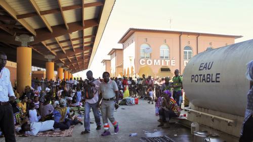 VIDEO. Mayotte : face-à-face tendu entre policiers et Comoriens sans-papiers à Mamoudzou