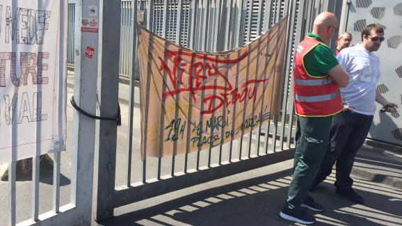 Les grévistes laissent entrer les véhicules à l'intérieur du site d'Ivry mais bloquent les bennes de déchets.