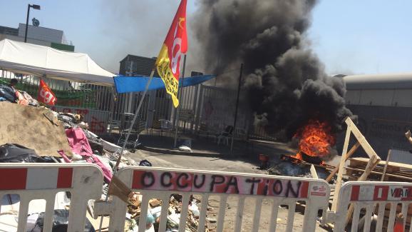 Devant le site de traitement de déchets, les manifestants ont fait brûler des palettes de bois et des pneus.