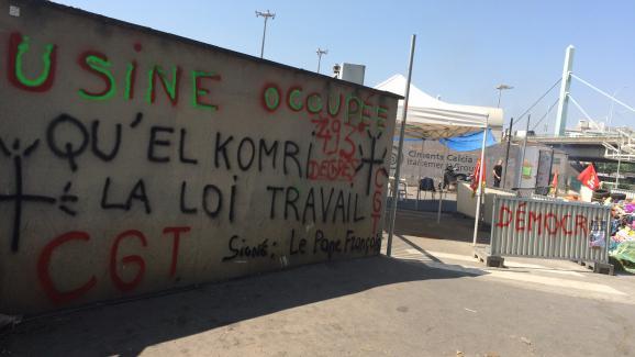 Les grévistes ont tagué plusieurs endroits devant l'usine de traitement de déchets d'Ivry-sur-Seine.