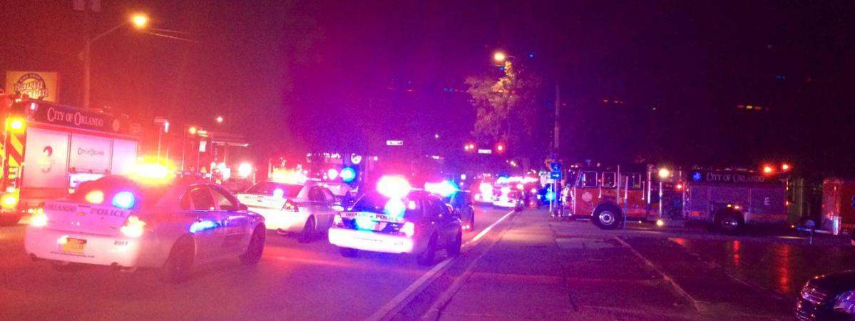 Des véhicules de police et de secours affluent près d'une discothèque d'Orlando (Floride), après une fusillade, le 12 juin 2016.