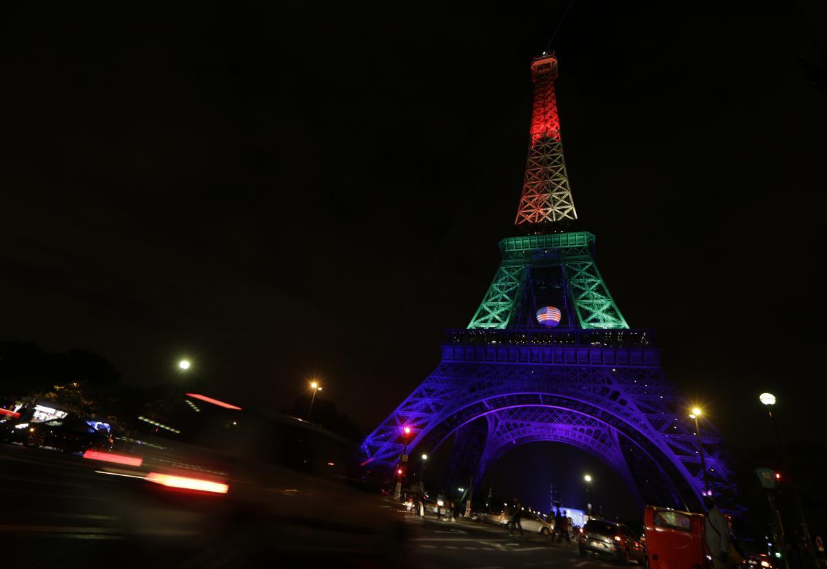 En Images  Le Monde Rend Hommage Aux Victimes De La