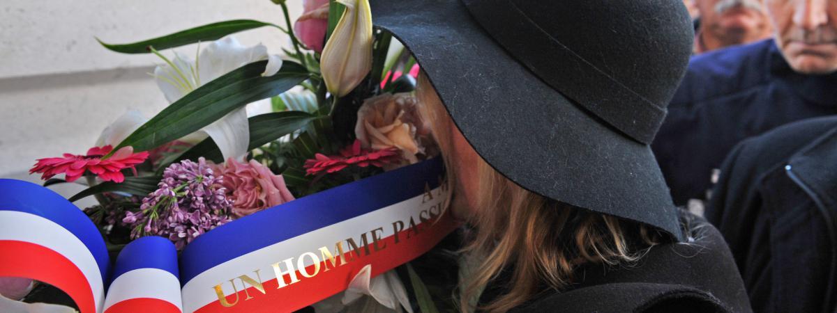 La veuve de Michel Renaud, Gala Renaud, lors d'une marche r�publicaine en m�moire des victimes des attentats de Paris, le 11 janvier 2015 � Clermont-Ferrand.