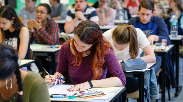 Bac : une erreur dans le sujet de mathématiques signalée aux élèves au milieu de l'épreuve