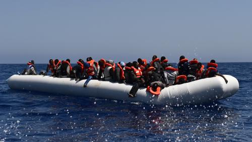 VIDEO. Des centaines de migrants secourus par MSF au large de la Libye
