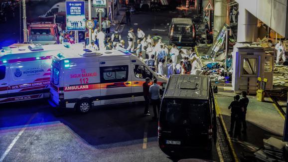 La police et des secouristes interviennent à l'entrée de l'aéroport Atatürk, à Istanbul (Turquie), le 28 juin 2016.