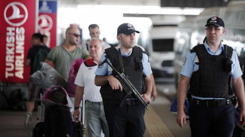 """L'attentat d'Istanbul porte """"la marque"""" de l'Etat islamique, selon le chef de la CIA"""