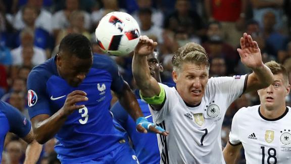 Bastian Schweinsteiger provoque un penalty en touchant le ballon de la main dans la surface de réparation, jeudi 7 juillet 2016 au Vélodrome de Marseille.