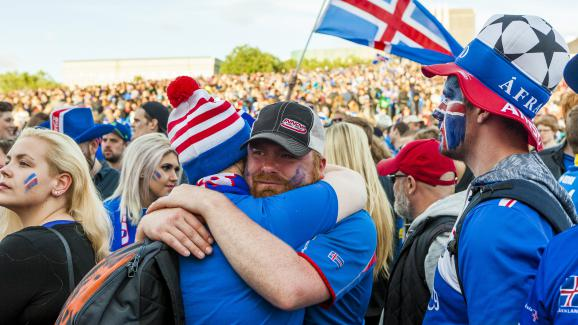 Des supporters islandais réunis à Reykjavik (Islande), pendant le quart de finale de l'Euro contre la France, le 3 juillet 2016.
