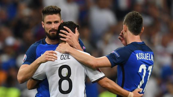 Olivier Giroud et Laurent Koscielny réconfortent leur partenaire d'Arsenal, l'Allemand Mesut Özil, après la demi-finale de l'Euro, jeudi 7 juillet 2016 au Stade de France.