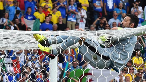 Gianluigi Buffon se suspend à la barre transversale après la victoire de l'Italie contre la Suède, le 17 juin 2016 à Toulouse. Il avait chuté en exécutant le même geste, au match précédent contre la Belgique.